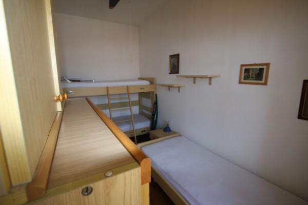 Cameretta con letto a castello e letto singolo