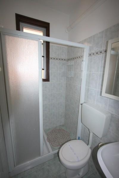 Bagno con box doccia e finestra